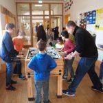 Am Tischkicker :Schulsozialarbeiter Herr Attenhauser