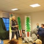 Frau Neumaier macht die Ansage für das Theaterstück