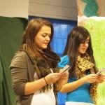 Arlinda und Burcu lesen ein Gedicht vor