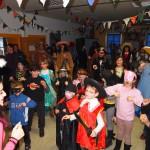 Alle tanzen den Ententanz im Schulversammlungsraum