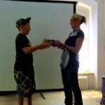 Frau Neumaier überreicht Benni den Preis