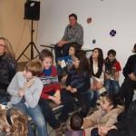 Schulleiterin Frau Neumaier mit Schülern