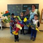 Klassenlehrerin Frau Reichle mit ihren neuen Schülern