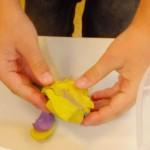 Eiswürfel in Knete verpacken und schwimmen lassen