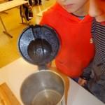Eiswürfeln beim Schmelzen in heißem Wasser zusehen