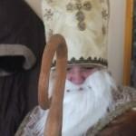 Der Nikolaus hat eine Mitra an und seinen Bischofsstab dabei