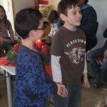 Mutige Kinder singen etwas vor
