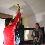 Frau Maucher übergibt den Pokal vom Laufprojekt