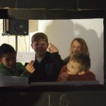 Emil zeigt in den Schulnachrichten den Scheck vom Altstadtlauf