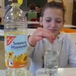 Wir untersuchen, ob sich Öl in Wasser lösen lässt