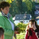 4 Frau Bussmann zeigt uns Trauben