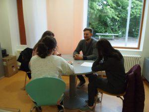 Herr Reimer mit Schülerinnen der Kl.7/8 in seinem Büro